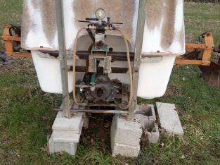 Trattore agricolo Renault 651S, con attrezzatura complementare.