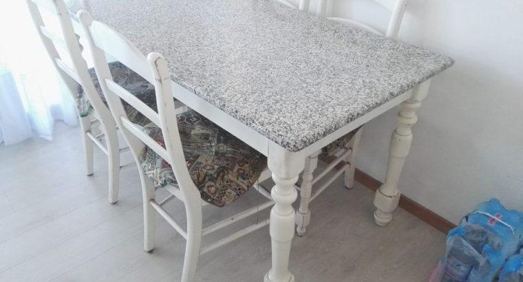 Tavolo in legno con ripiano di pregio in marmo